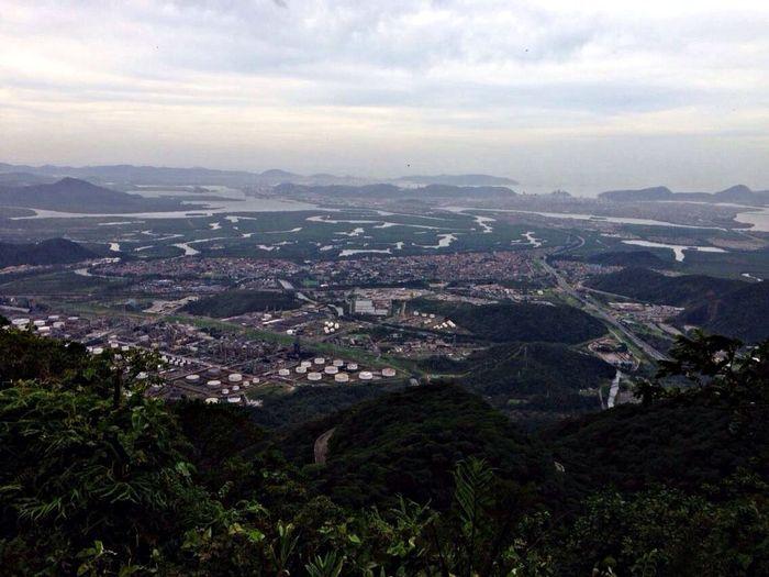 Vista de cima da serra de cubatão e santos