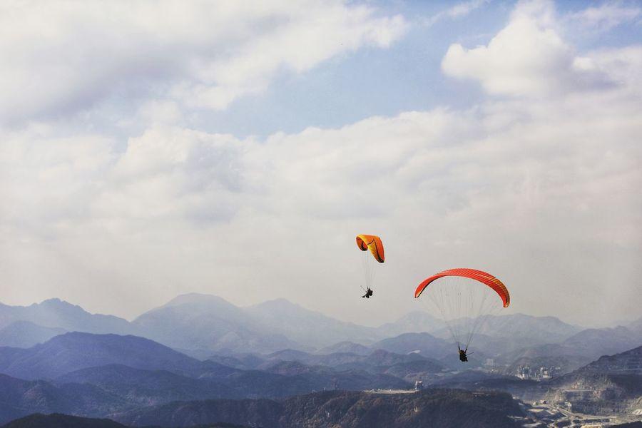 볼때마다 날고 싶은걸 보니.. 내년에는 정말 나도 날아야겠다! . . #하루한컷 #카페산 #페러글라이딩 #단양 #하늘 #5DMARK4 #신계륵 EF2470F28LIIUSM Extreme Sports Flying Mid-air Paragliding Gliding Sky Leisure Activity Parachute Adventure Exhilaration Sport Wind Nature Multi Colored Danger Stunt Person Sports Activity RISK Outdoors Vacations