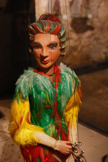 Papageno Magic Flute Zauberflöte Adult Art And Craft Costume Creativity Dyed Hair Face Paint Feather  Focus On Foreground Front View Headdress Indoors  Leisure Activity Looking At Camera Magic Flute Mozart Multi Colored One Person Papageno Portrait Puppet Puppet On A String Standing Waist Up