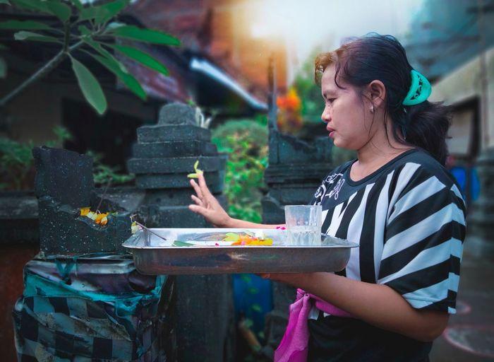 Balinesse girl praying