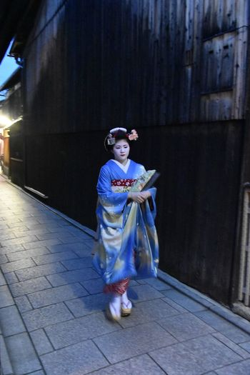 Kyoto Real People Portrait Kyoto,japan Geisha Geishagirl Geishas Maiko Maikosan Gion Gion Kyoto Geisha District Geisha At Night The Street Photographer The Street Photographer - 2017 EyeEm Awards The Portraitist - 2017 EyeEm Awards The Portraitist - 2017 EyeEm Awards