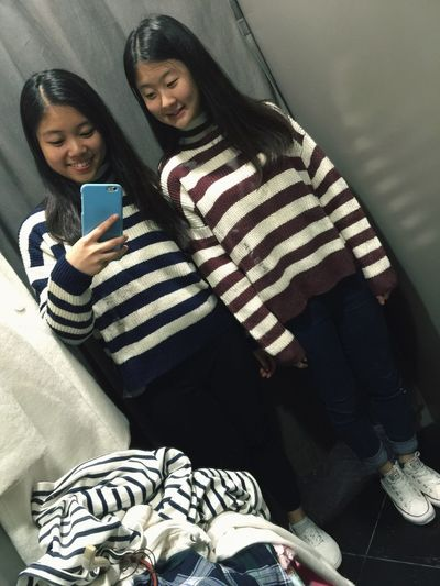 Matching outfit in the fitting room❣ Matching Outfits Friends Love Hanging Out Fittingroom Spao Yay
