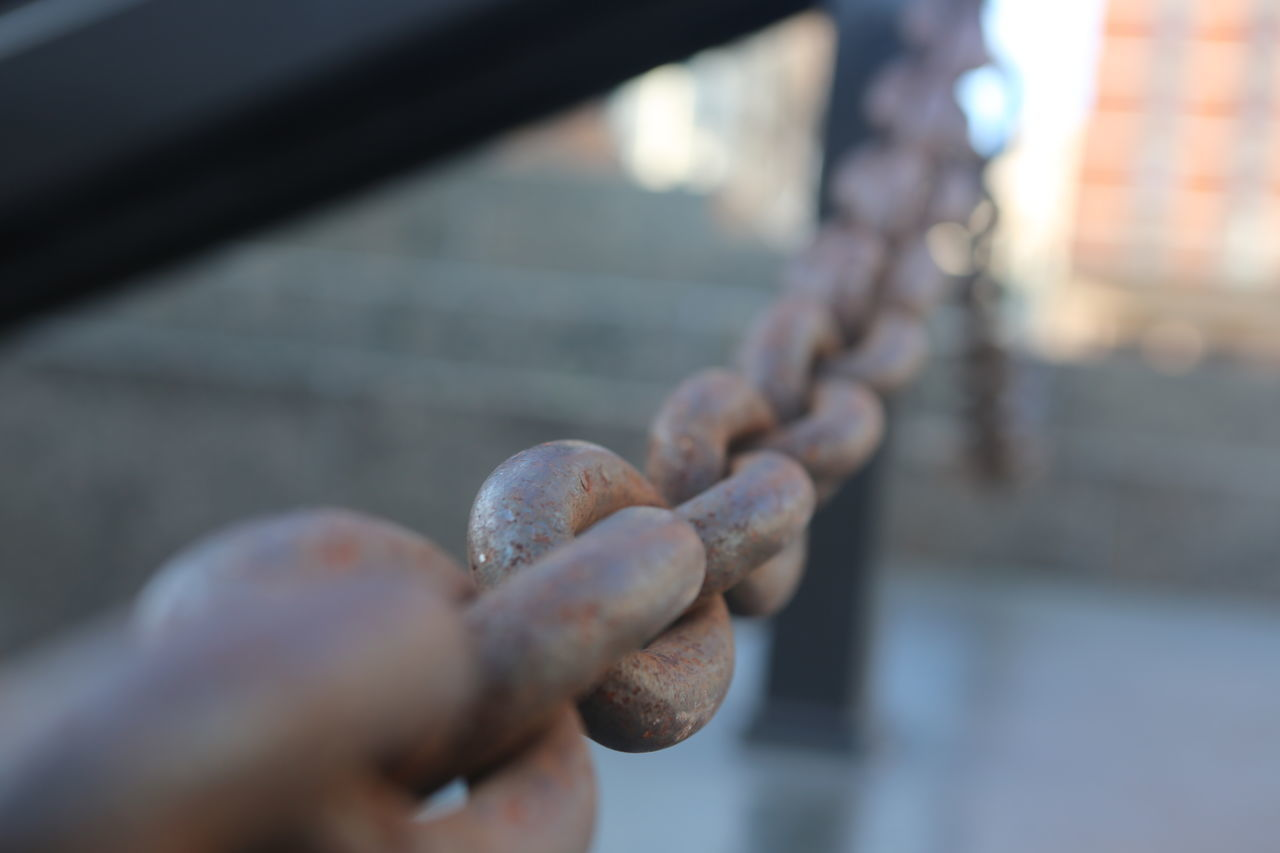 metal, strength, close-up, chain, focus on foreground, outdoors, day, sunlight, no people