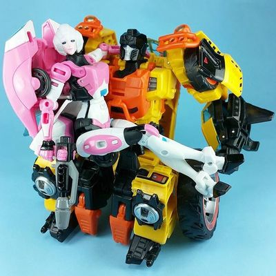 Happy Friday, y'all! I feel like Arcee would be the least likely of the Transformers to sit on Sandstorm 's lap, but she's the only TF I own with thin, easily crossed legs.