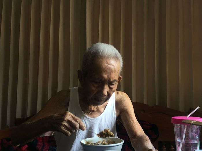 Launch time 2 Old Man EyeEm Selects Food And Drink Food Lifestyles Adult Indoors  People The Fashion Photographer - 2018 EyeEm Awards The Portraitist - 2018 EyeEm Awards