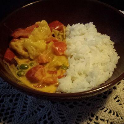 Vegan -Pornöses Currygericht. Mit Reis, Paprika, Chili, Gemüsemischung, Kokosmilch, Currypaste & einem Hauch Ingwer. Foodporn