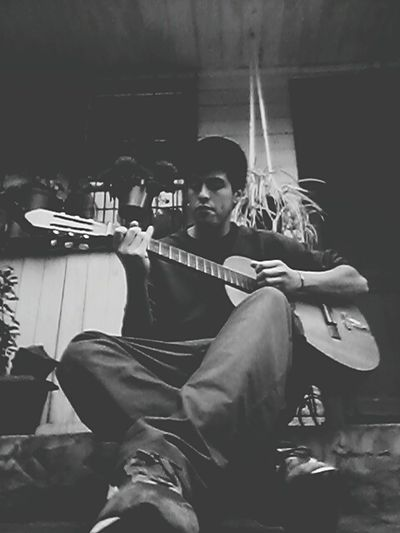 "En compañia de mi guitarra "" *-*"
