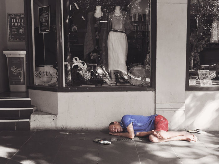 Front View Homeless Homelessness  Lifestyles Melbourne Men Real People Salvation Army Sitting Young Adult