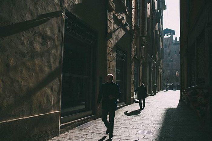 Bologna è una città piccola e bellissima. Questa è una delle immagini che vi porto dalla breve visita di ieri. Scorci di luce fantastici tra vicoli e porticati. Igersbologna Livefolk Vscoaward Liveauthentic Bologna Travelmore Thisisitaly Exploring_the_earth Lightlovers Visualauthority Streetphotography Passionpassport Editoftheday Fashionoftheday Photooftheday Everydayeverywhere Exploreeverthing Everydayinpics Reportagespotlight Superhubs Explorethecreative Instamagazine_ Visualsoflife Premiumposts Thecoolmagazine ig_gods vscofilm vscocommons instagood artofvisuals @viaualauthority @livefolk @nikontop @vscoauthentic @the_artistsway @vscogood_ @MobileMag @superhubs @visualoflife @inspirationcultmag @theimaged @instagram @igersmilano @igersitalia @everyday_italy @editoftheday @fashionoftheday@photooftheday