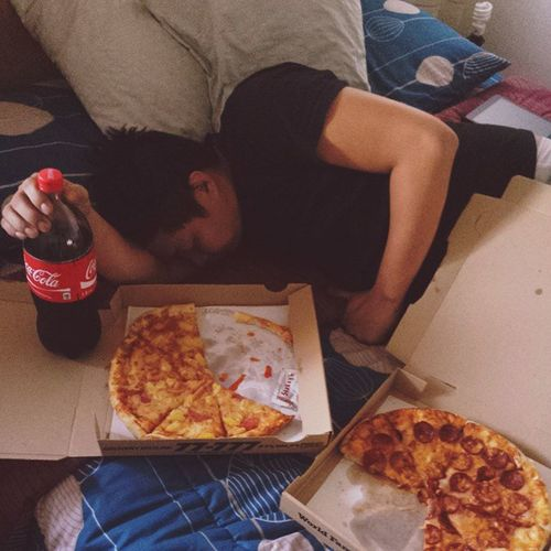 Feel na feel ang rest day! Carbsoverload Welldeserved Pamperday 😎🍕