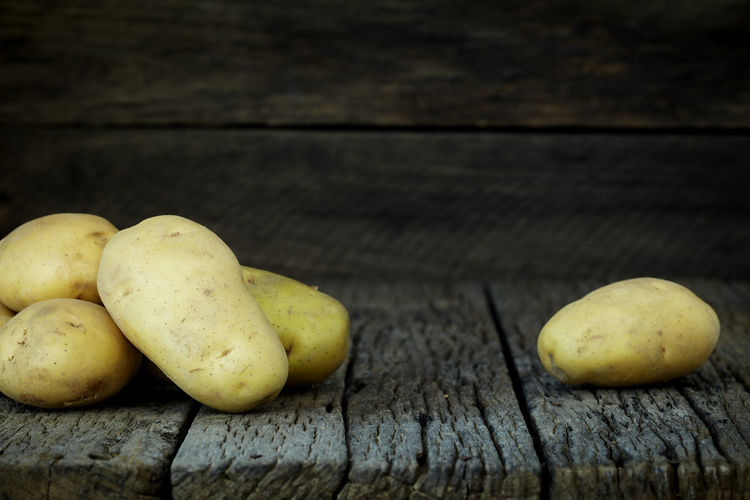 Potato Wooden Fresh Potatoes Background Table Old Food Raw Nutrition Wood Harvest Healthy Vegetable Organic Agriculture Rustic Brown Pile Ingredient Root Vegetarian Natural Farm Top View Group Heap Sack Diet Produce Many Yellow Cooking Dark Rural Uncooked Burlap Tuber Dirty Food And Drink Wood - Material Freshness Healthy Eating Wellbeing Still Life Fruit No People Close-up Indoors  Group Of Objects Pear High Angle View Day