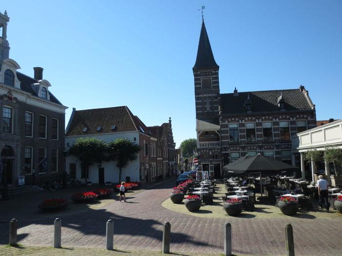 Caminando por Utrecht y divisamos un Restaurante con su Terraza y de fondo la Torre de la Iglesia
