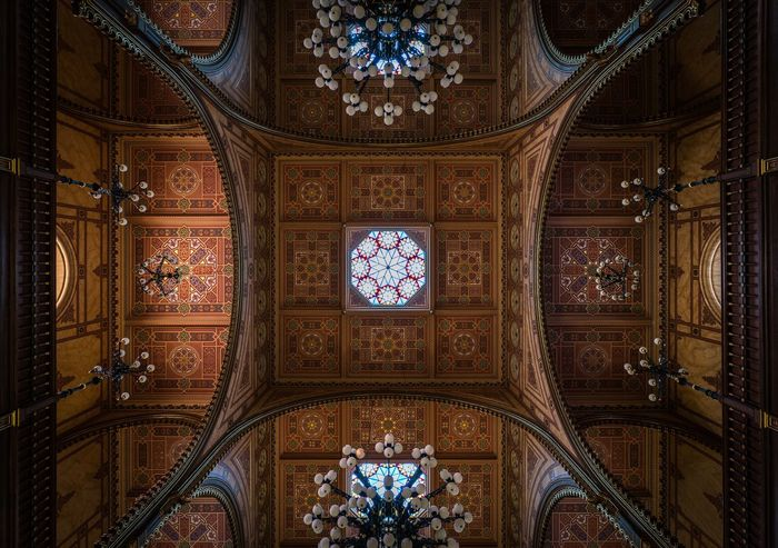 ⬆️ Lookingup Hungary Magyarország Budapest Synagogue Architecture Built Structure Indoors  Building No People Ornate Low Angle View Ceiling Travel Destinations Pattern Art And Craft History Religion Chandelier Architectural Feature