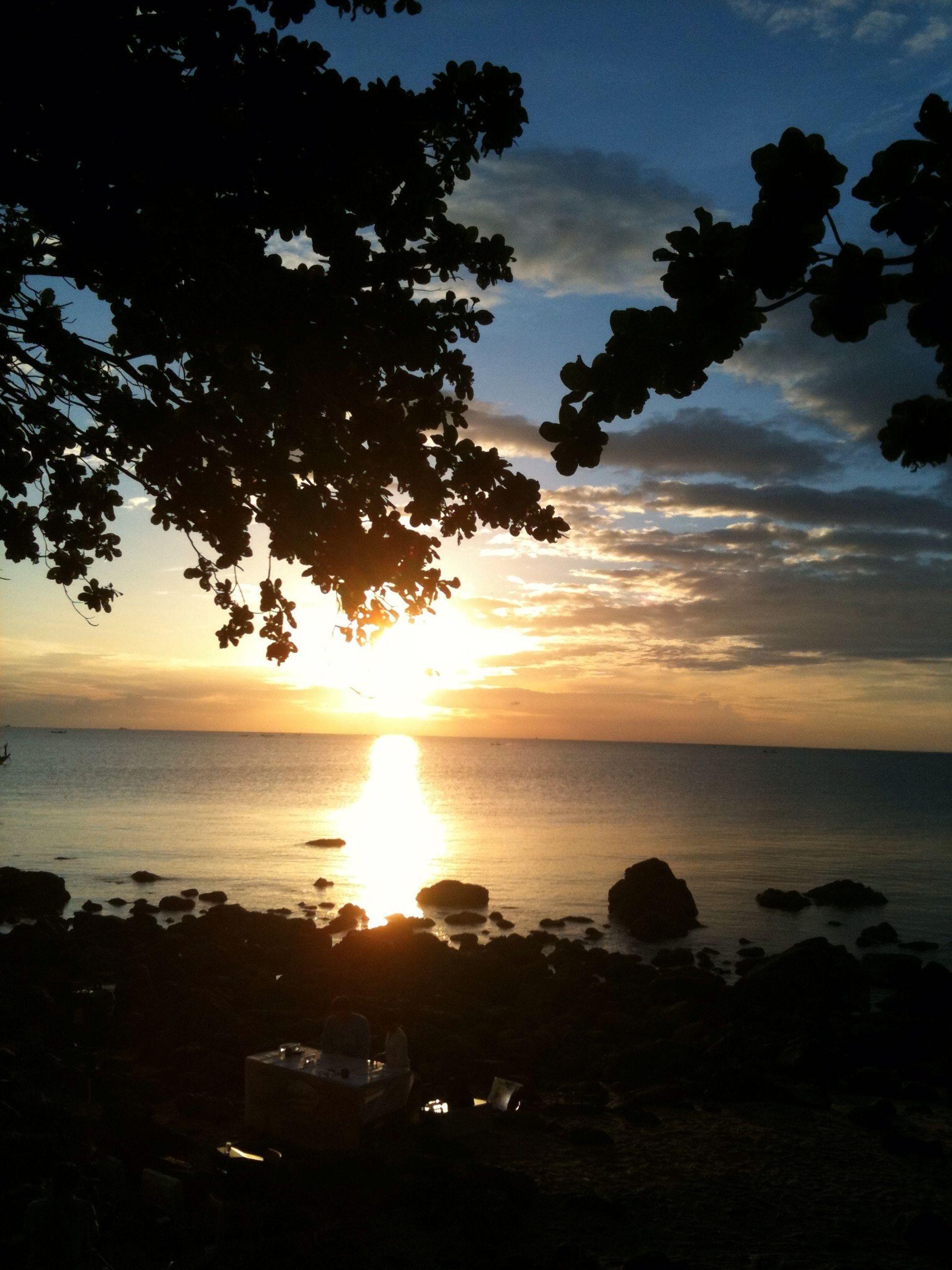 sunset, sea, sun, horizon over water, tranquil scene, scenics, tranquility, water, beauty in nature, sky, beach, nature, idyllic, silhouette, shore, orange color, sunlight, tree, cloud - sky, reflection