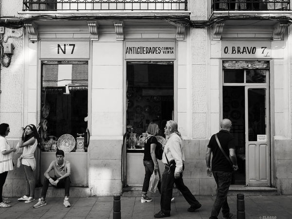 Walking around El Rastro vintage market Built Structure Full Length Person Walking Window Men Lifestyles City Life Day Outdoors Retail  Market Elrastro Vintage Architecture streetphotography Streetphoto_bw Streetphoto Street Madrid SPAIN Antique Shop Antique Shopping Antique Furniture Antiques Monochrome Photography