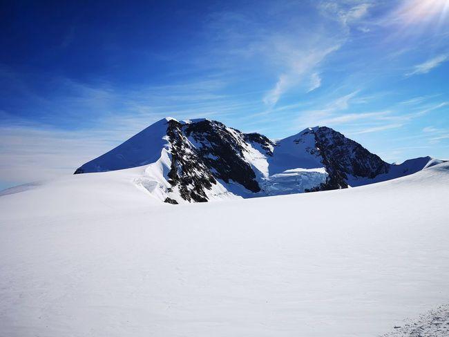 I Lyskamm che emergono dal ghiacciaio. Snow Mountain Cold Temperature Winter Sky Deep Snow Snowcapped Mountain Rocky Mountains Glacier Mountain Range