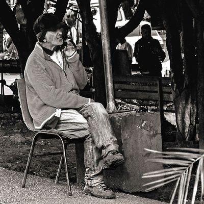 Streetphotography Streetphotographer Street Fotografiacallejera Blancoynegro Blacandwhite Blacandwhitephotography Man Picoftheday Pic Instapic Ciudaddeleste Paraguay Hombre Mirada  Photooftheday