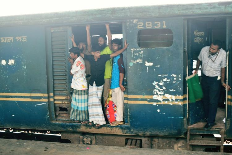 Outdoors Day Vacations Journey Tourism Train Traintravelling Train Station Transportation Men Person Crowd Tourist People Watching Non-urban Scene Crowded Train Crowded
