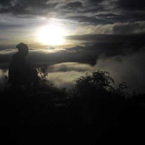 Good morning world... Mountsindoro Jawatengah Indonesia_bagus Sunriselovers subhanalloh sunrisesniper brightsun skylovers skyscraper skyhigh beautifulsunrise instagallery
