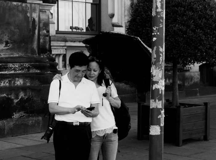Hello World Taking Photos Enjoying Life Lovely Couple Mobile Love Couple Umbrella Photographer Photographylovers Umarmung Check This Out Black & White Black And White Photography From Where I Stand Street Photography Taking Pictures People Photography Peoplephotography Love Is In The Air Love Two Is Better Than One Enjoy The New Normal Walking Around Embrace Urban Life The Street Photographer The Street Photographer - 2017 EyeEm Awards