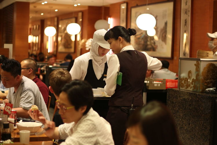 Adult Cafe Dintaifung Dintaifungsg Dintaifungtaipei Dintaifungtaiwan Food Food And Drink Friendship Illuminated Indoors  Men Night Occupation People Real People Restaurant Sitting Social Gathering Standing Togetherness Waiter Young Adult Young Men Young Women
