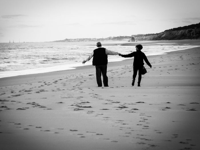 Beach Sand Two People Walking Togetherness Sky People Love ♥ Love♡ Love Pairs Blackandwhite Black & White Blackandwhite Photography Black And White Photography Blackandwhitephotography Blackwhite Parejas♡ Couple - Relationship Couples❤❤❤