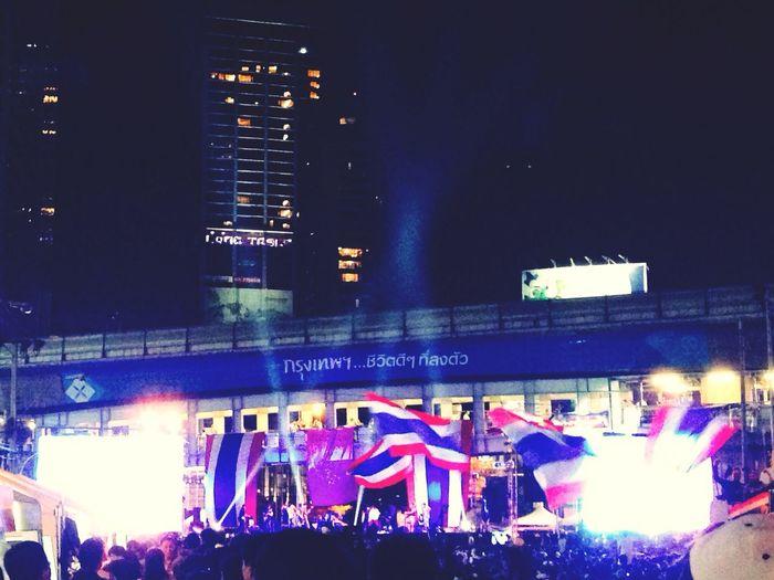 Shutdown Bangkok Thaiuprising Concert! พี่อ็อฟ!! ? แม่ค้าต้องแด้นซ์อยู่หน้าเต้นท์!!!?