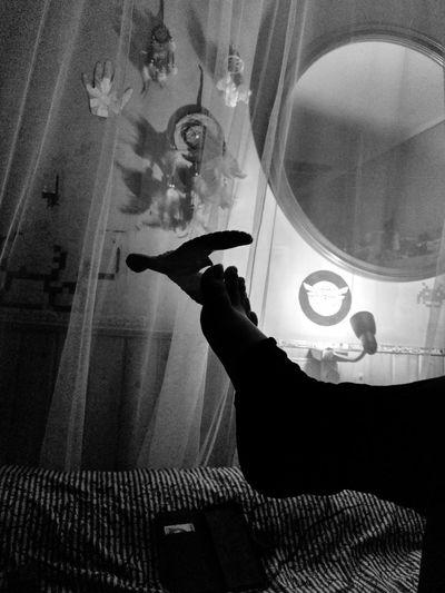 Aguila de juguete haciendo equilibrio sobre dedo gordo del pie. Juguete Aguila Pie Habitación Bedroom Bed Time ♥ Meck