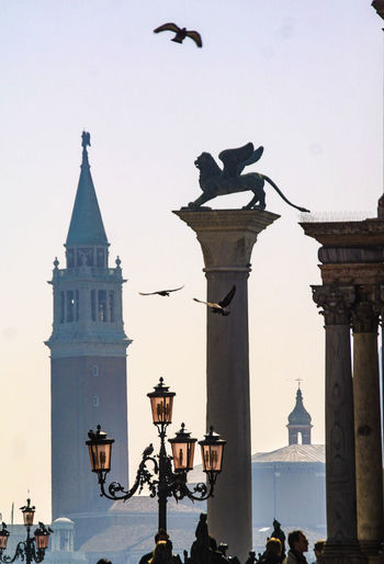 Silhouette Venedig, Ohne Touristen, Lagune, Frühling, Venice, Without Tourists, Springtime, City, Sea, Water, Historical, Old Town, Travel Destination Architecture Bird Building Exterior Built Structure City Flying Outdoors Seagull Statue Statues And Monuments Street Light