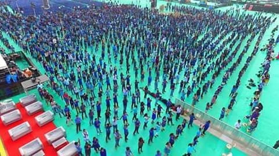 Into guiness book of world records for world 's largest bollywood dance by 4273 corporate employees CAPGEMINITES Capgemini Guinessworldrecord