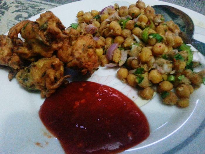Relaxing Snacks Rooza IFTAARI Orangejuice Pakoras Chaat Dahipuri Paanipuri