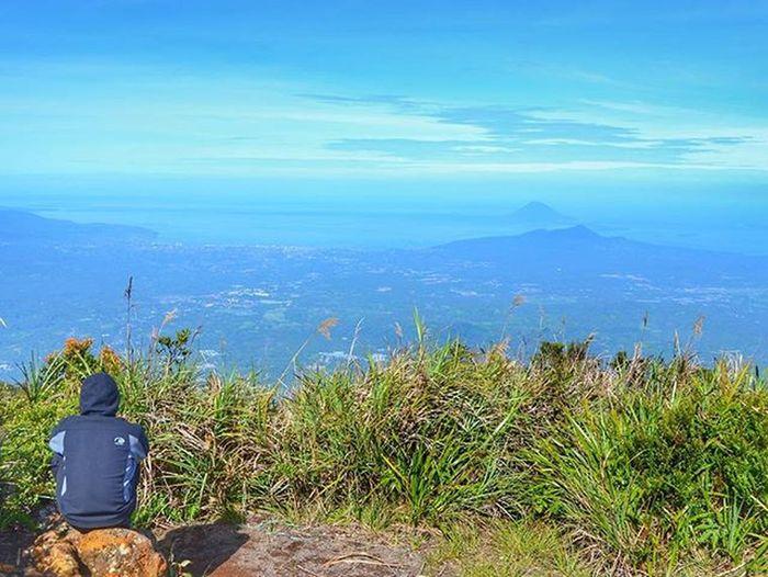 Dari sini semua terlihat begitu kecil. Lokasi : Gunung Klabat - Airmadidi - Minhasa Utara - Sulawesi Utara - Indonesia Gear : Nikon D3200 Gunungklabat Minahasa Manado Sulawesiutara IManado Instagunung Instagunung_ @instagunung_