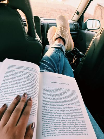 Hi Afternoon Car Reading Books Hand Nail Polish Ripped Jeans Une Maison Dans Le Ciel Amanda Lindhout Sara Corbett New Balance 574  Beige