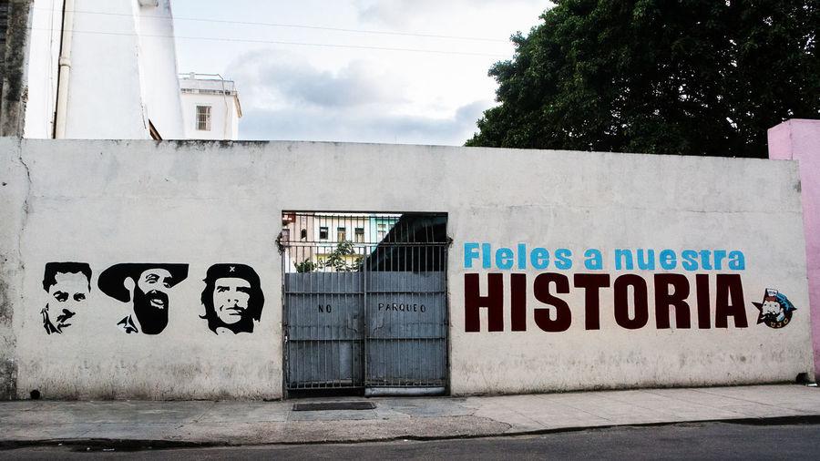 "Havana, Cuba - 11 december 2017: Icon of the heroes Ernesto Che Guevara, Cienfuegos and Fidel Castro with the inscription ""Fieles a nuestra historia"" (they have made our history) Che Guevara Mural Cuba Graffiti HERO Havana Heroes Icon Politics Propaganda Revolution Revolutionary Che Guevara Cienfuegos Cuban Iconic Mural Portrait Symbol"