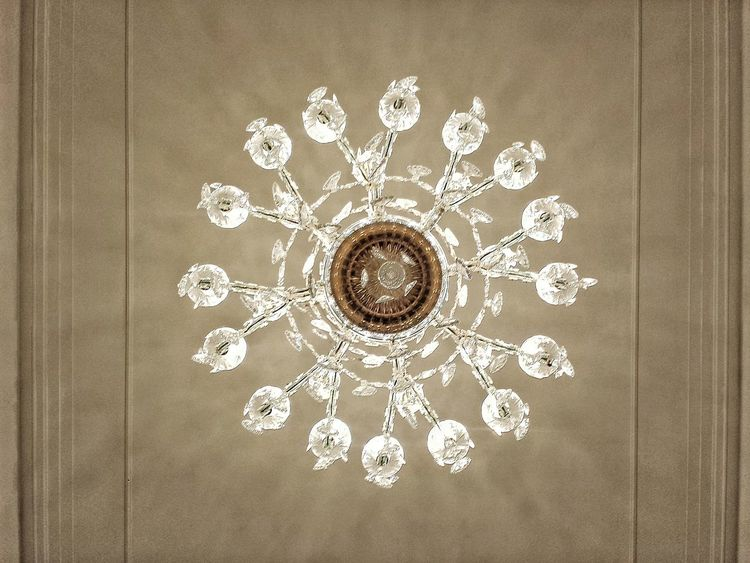 Justo debajo de la lámpara colgante Chandelier Decoration Design Geometric Shape Illuminated Lampara Colgante No People Pattern Under The Light