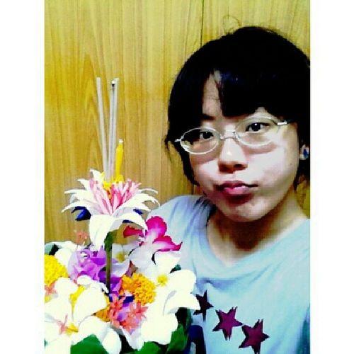 ดอกไม้เก็บรอบมอ หลบมดแมลงและยางไม้ได้มาเท่านี้ เตรียมลอยแล้วนะเอ้อ! NovemberFullmoonShines Loykratong Thai Thailand ceremony riverapologizing handcrafted handmade girl