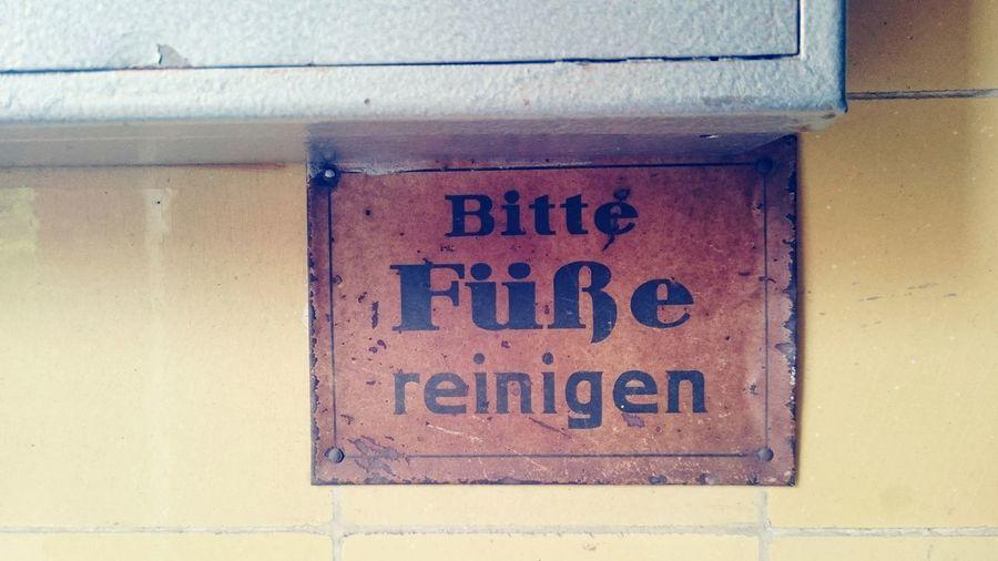 Ordnung muss sein! ;) Treppenhaus Berlin Wedding Schillerparksiedlung Weltkulturerbe Saubereschuhe Ordnung Sauberkeit Disziplin Sauberkeit Alteschule Oldschool
