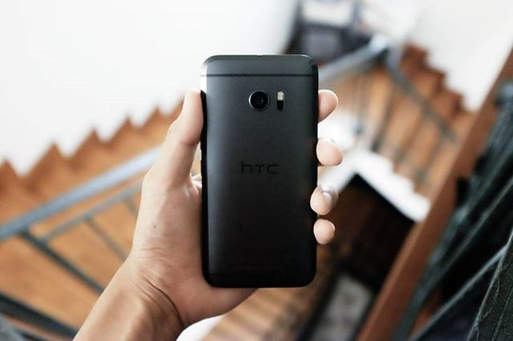 That slab of metal. I've tried many - possibly almost every - and no device brings a bigger smile to my face. HTC's 10 is so damn lovely homg. 😍 @techlingosg Powerof10 Techlingo Dailydriver Datchamfer