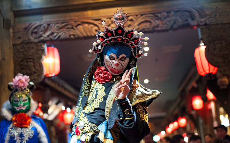 Sichuan opera Opéra SICHUAN Opera Sichuan Opera Face Arts Culture And Entertainment Bianlian Celebration Clothing Costume Dancing Disguise Focus On Foreground Front View Illuminated Incidental People Lifestyles Mask Obscured Face One Person Performance Real People Traditional Clothing Unrecognizable Person