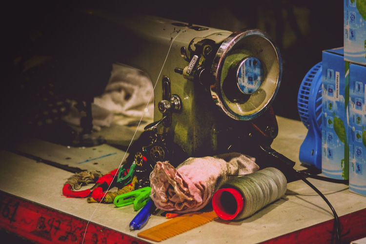 EyeEm Selects Old Sewing Machine Manual Sewing Machine Sewing Machine Threads And Needles Occupation Seamstress Dressmaker Still Life Indoors  No People Table Close-up Day Manufacturing Equipment Lifestyle Sewing Station Nostalgia