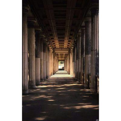 Gang bei der Alten Nationalgalerie in Berlin. Architecture Architektur Michaellangerfotografie Fotografie Photography Photographyislife Berlin Berlinstagram Germany Deutschland
