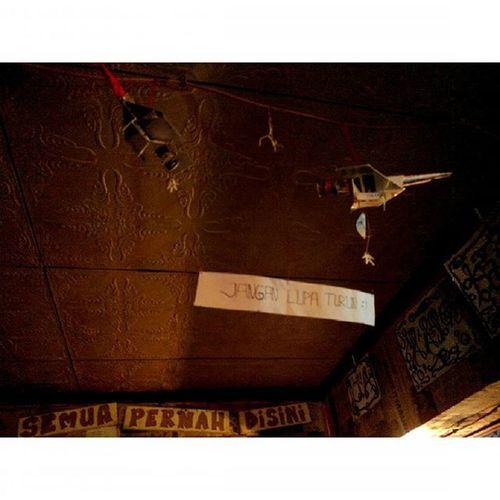 "Dua Pesawatkertas , dua Orang penerjun , dan sebuah tulisan : ""jangan lupa turun"" Warkoparjoena Warkop Cikutra Bojongkoneng Lenovotography Malam Lights Bandung Photostory Titik_tiga Pocketphotography Lzybstrd"