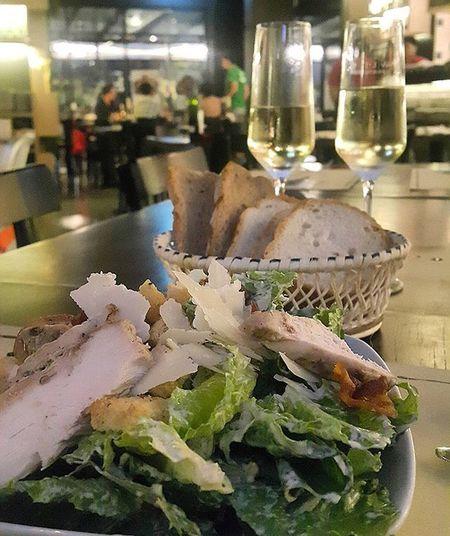 ซีซาร์สลัดCaesarsalad กับขนมปัง (toast basket) และสปาร์คกิ้งไวน์(Sparkling wine) อิ่มชิลล์พอดีๆ Wine ที่ไวน์คอนเนคชั่น ราคาไม่แพงมาดื่มได้เรื่อยๆ ค่ะ อาหารก็ใช้ได้มาตรฐานเดียวกันทุกสาขา CR 😉 Bon appétit ( บอนนาเปตี ) ขอให้เจริญอาหาร กันทุกคนค่ะ 🍷
