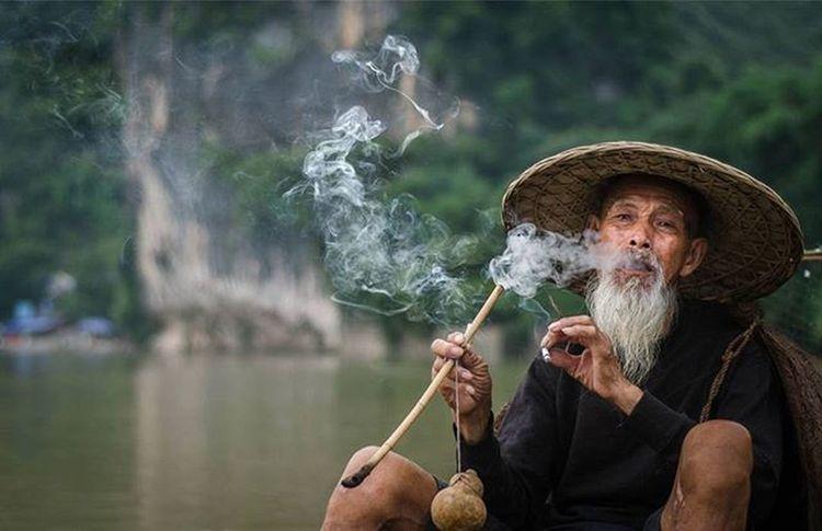 Throwback. Faces of Guilin,China. Smoker Traveler Fotorewang Photographysouls Photo Rarecation Guilin China Humaninterest Humaninterestphotography Smoke Smoking Smoker Wpo Hipaae Morning Fisherman Natgeotravel Oldman