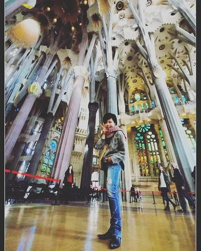 長腿姑姑妳好嗎?! 神奇的攝影角度 超凡的相機鏡頭 😁 ThrowBackWhenever inside La Sagrada Família in Barcelona three years ago! Sagradafamilia LaSegradaFamilia Gaudi Antonigaudi Church Temple Iglesia Ceiling Masterpiece SPAIN España Travel