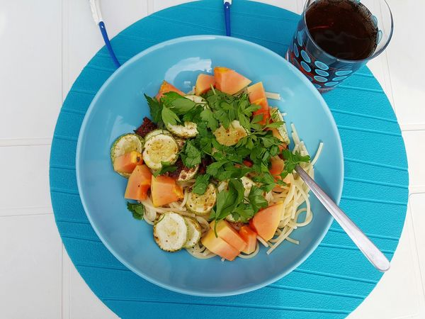 Healthy Eating Food Freshness Plate Spice Food And Drink Ready-to-eat Salad Vegetarian Food Meal Mealtime Bowl Blue Plate Courgette Zucchini Noodles Parsley Papaia Papaya PawPaw Veggie Vegetarian Vegetarian Dish Vegetarian Lifestyle  Vegetarische Küche