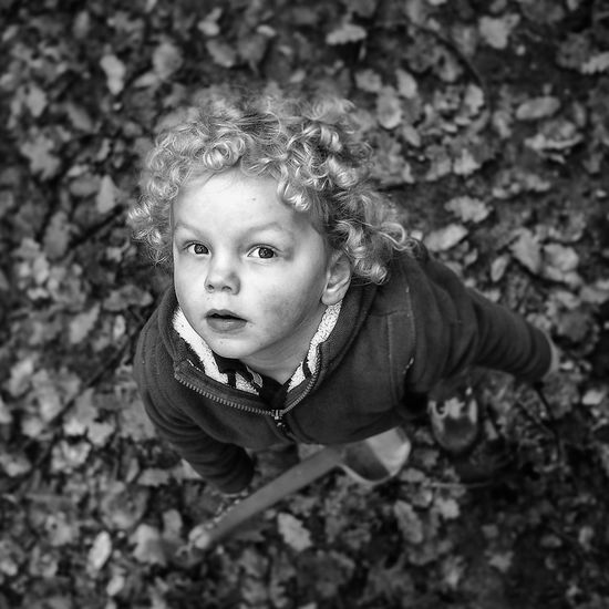 Zvědavý Blackandwhite Black And White Black & White Monochrome Portrait Childrenphoto Child Photography Children Photography Angel Or Devil? Children