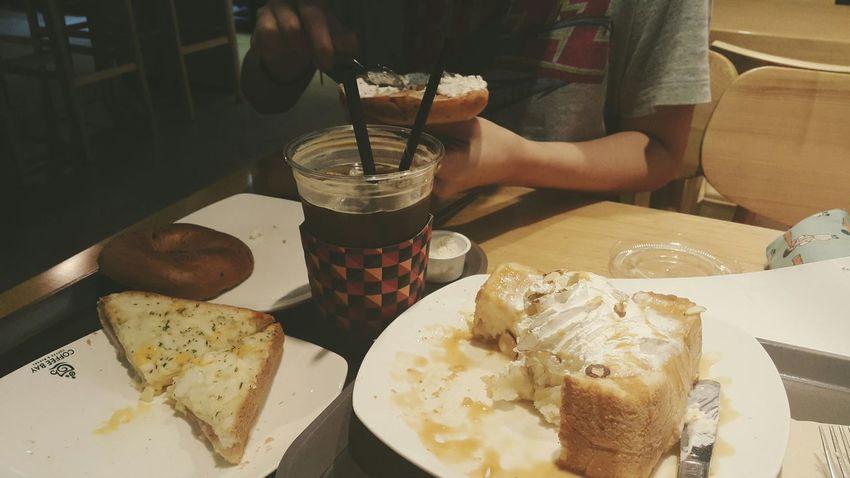 처음스타트는 먹방. 눈뜨자마자 아침스파게티먹고 헐레벌떡 나왔다. 공부하러나와서 3종류의 빵을 먹는데 눈치따위 보이지 않는다 허니브레드 크로크무슈 블루베리치즈베이글 Americano