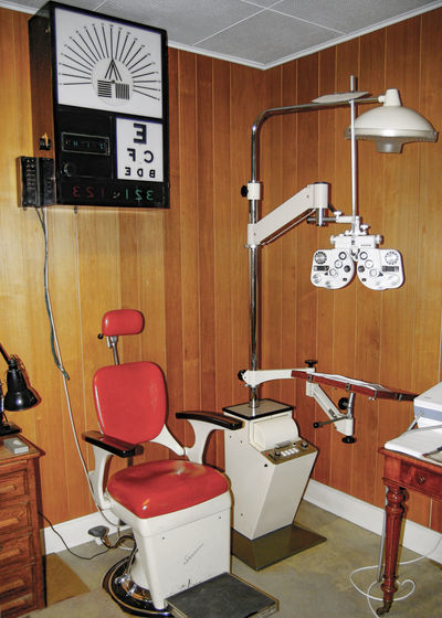 Colour Photography Indoors  Old Photo Old-fashioned Opticians Red Room Seat