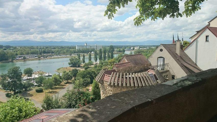 Blick von Breisach über den Rhein in das Elsass. Im Hintergrund sind die Vogesen zu erkennen.